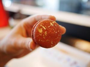 red velvet macaron Haute Sweets www.thesweetwanderlust.com